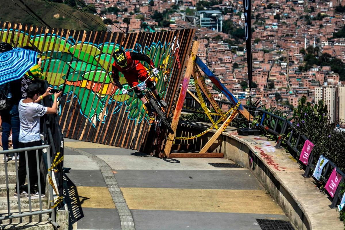 Экстремальный городской спуск на велосипедах в Медельине