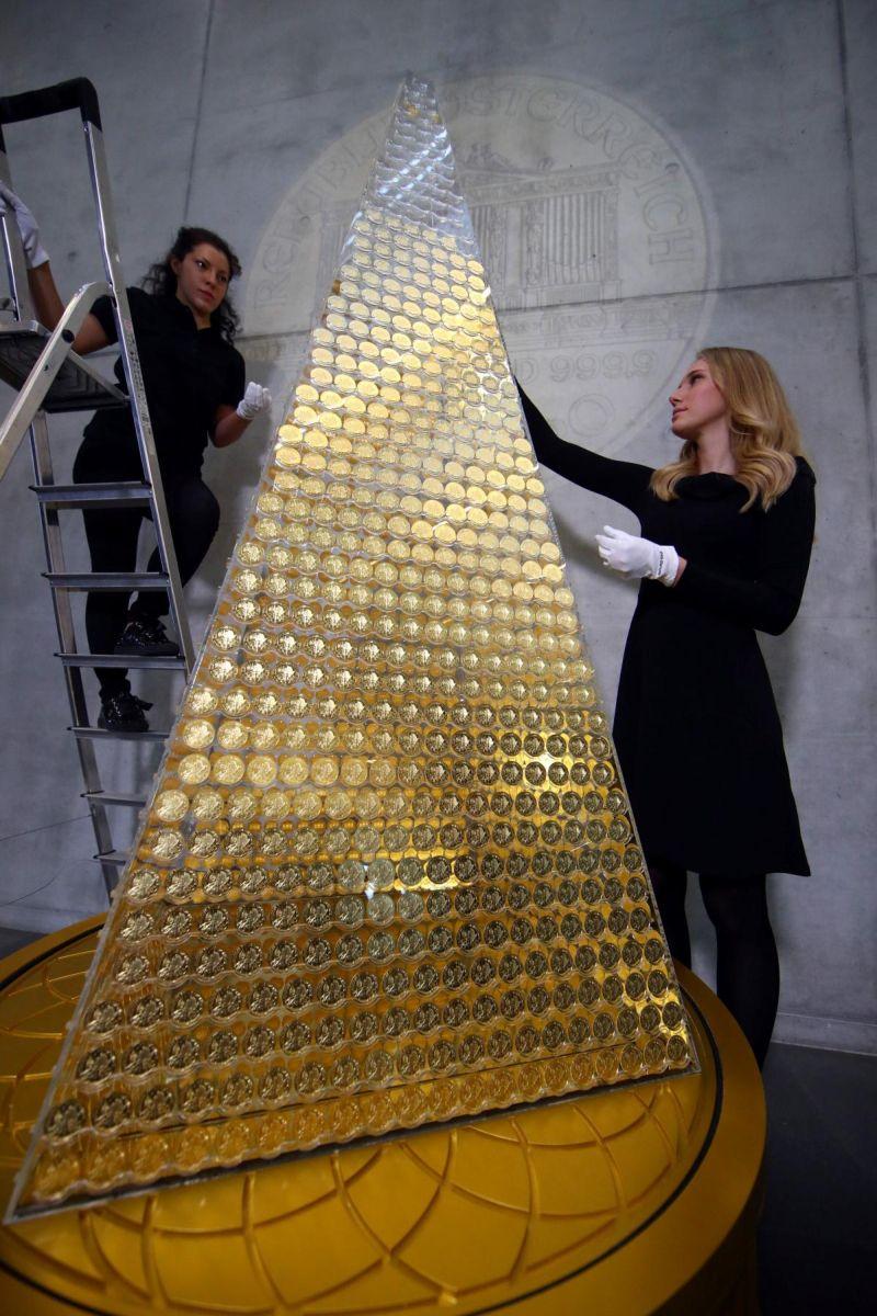 Самая дорогая рождественская елка в Европе из золотых монет
