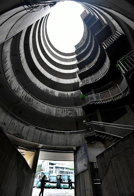 Восьмиэтажный китайский отель, сквозь который проезжают автобусы