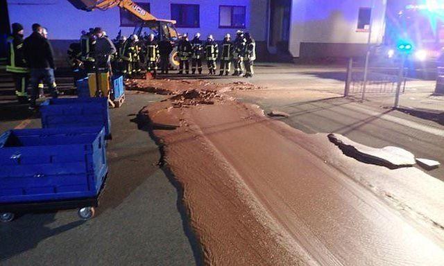Немецким пожарным пришлось бороться с шоколадной рекой