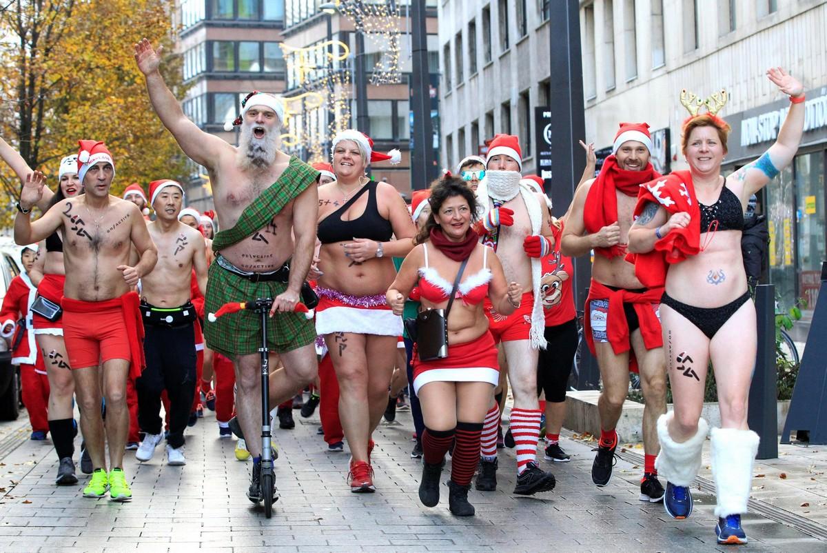 Полуголые Санта-Клаусы на благотворительном забеге в Будапеште