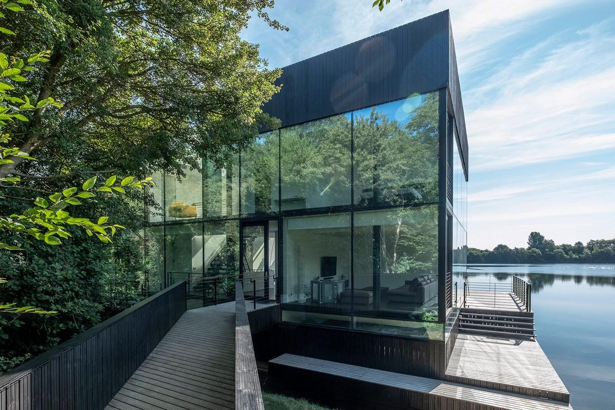 Стеклянный дом у озера в Великобритании