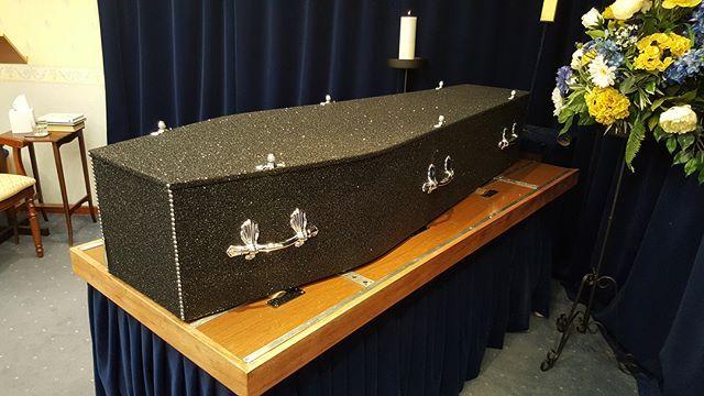 Гламурные гробы в глиттере для блестящих похорон