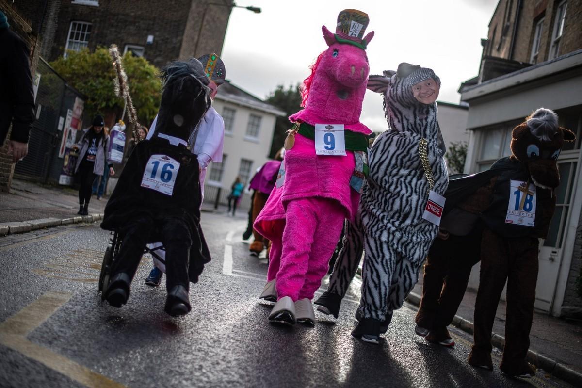 Веселая гонка лошадей London Pantomime Horse Race 2018