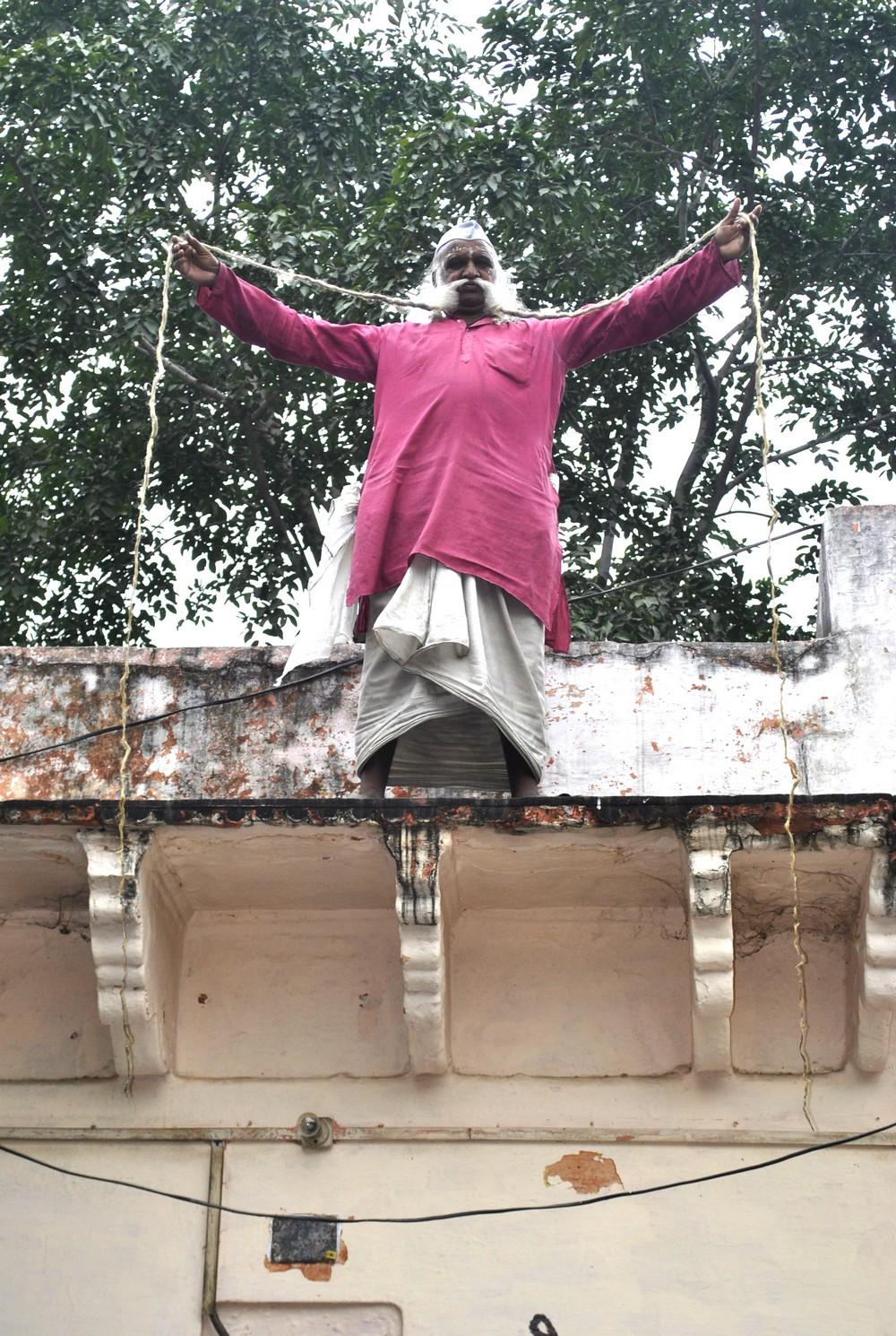 70-летний индиец отрастил 5-метровые усы