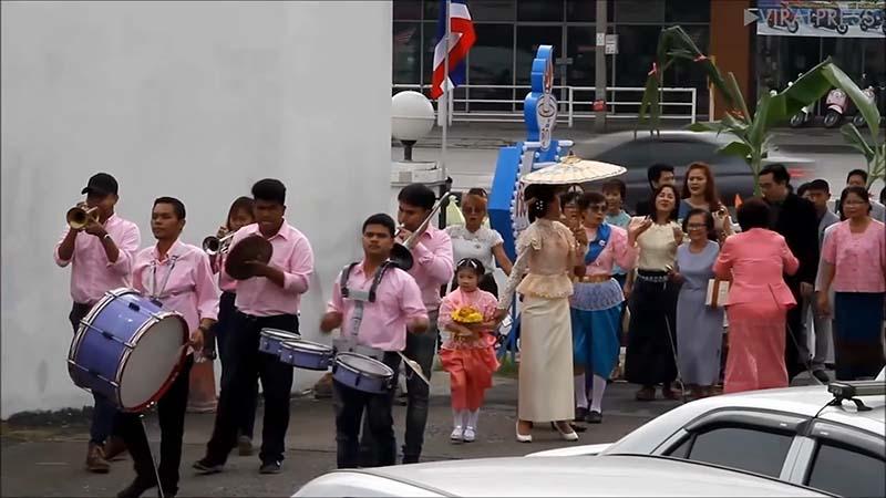 В Таиланде родители женили 6-летних брата и сестру