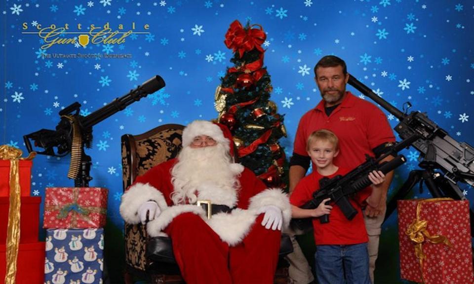 Американцы позируют с оружием, подаренным им на Рождество