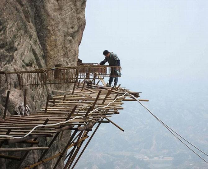 Бетонная дорога на отвесной скале в Китае