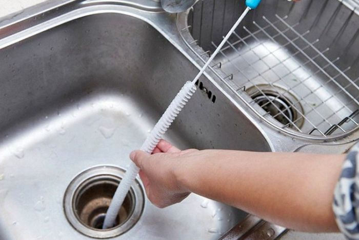 Как прочистить засор в раковине на кухне своими силами
