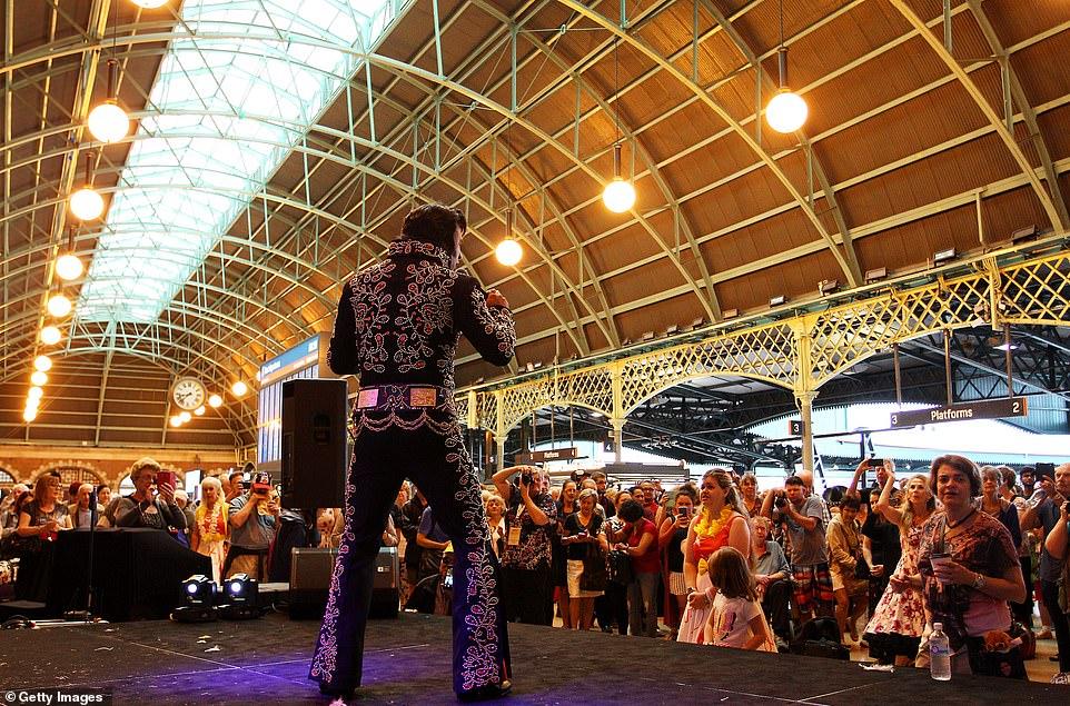 Сотни фанатов Элвиса Пресли на вокзале в Сиднее