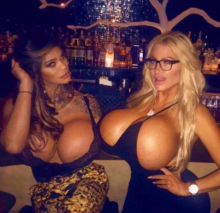 Звезда социальных сетей с грудью невероятных размеров