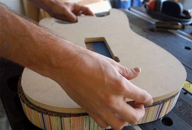 Гитара из 1200 цветных карандашей