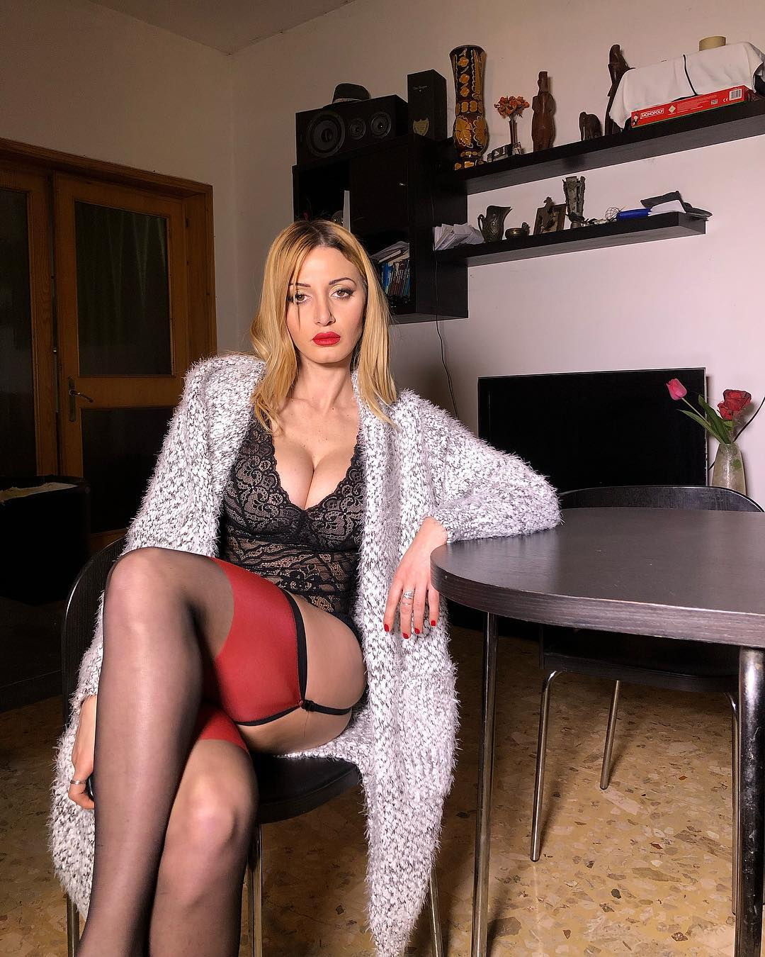 Итальянка зарабатывает на жизнь, показывая свои ноги в чулках