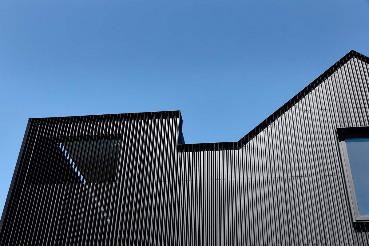 Стильный черный дом Ross House в пригороде Мельбурна