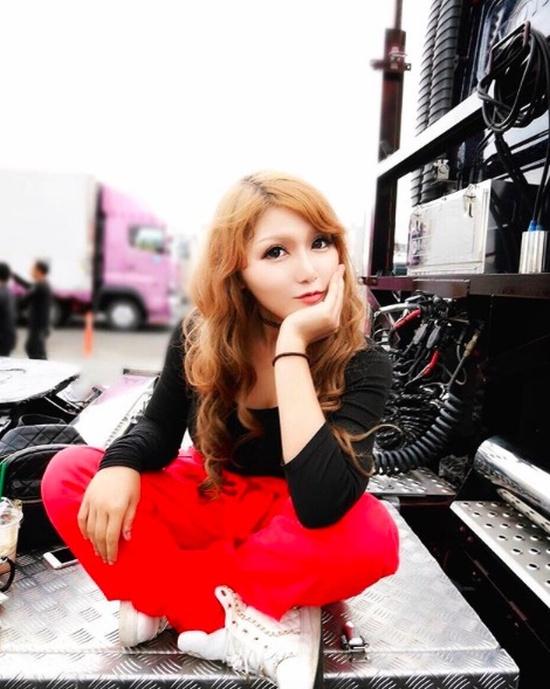 Как вы думаете, кем работает эта японская девушка?