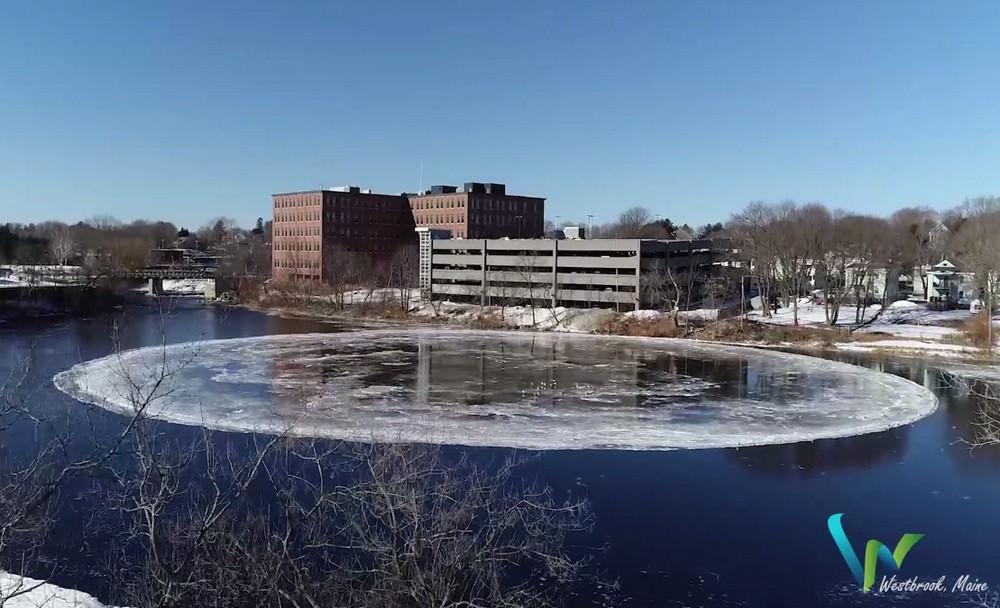 Ледяной вращающийся диск в американской реке