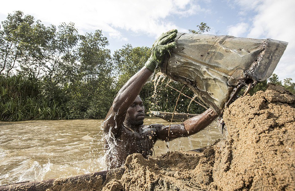 Эти камерунцы ежедневно ныряют, чтобы достать песок со дна реки
