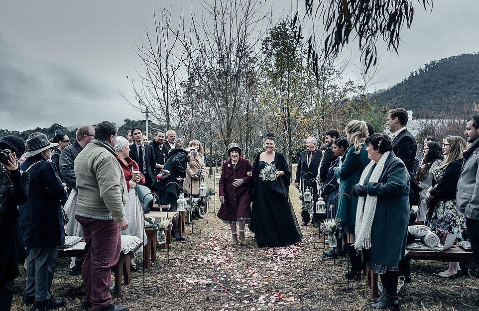 Невеста вся в черном на свадьбе в Австралии