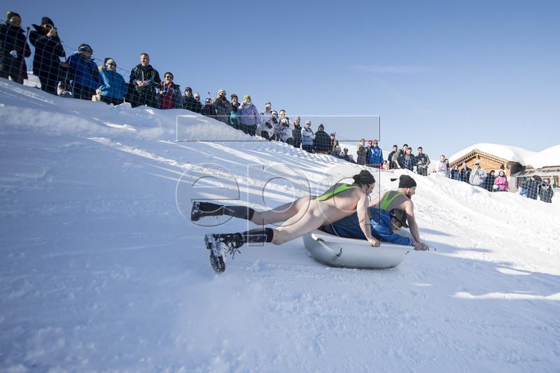 Ежегодный спуск в ванных на горнолыжном курорте в Швейцарии