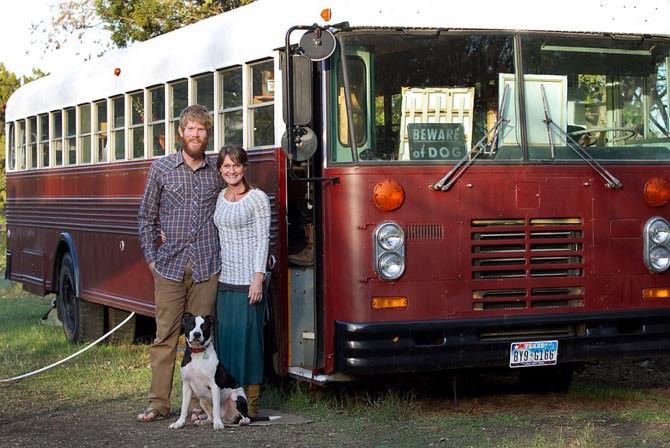Молодая пара живет и путешествует в автобусе