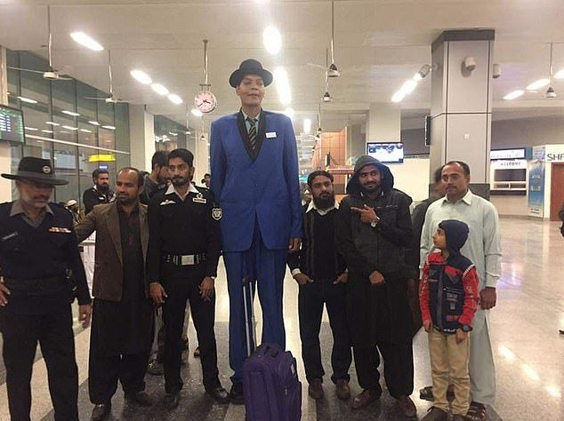 Самый высокий пакистанец отчаялся встретить свою любовь