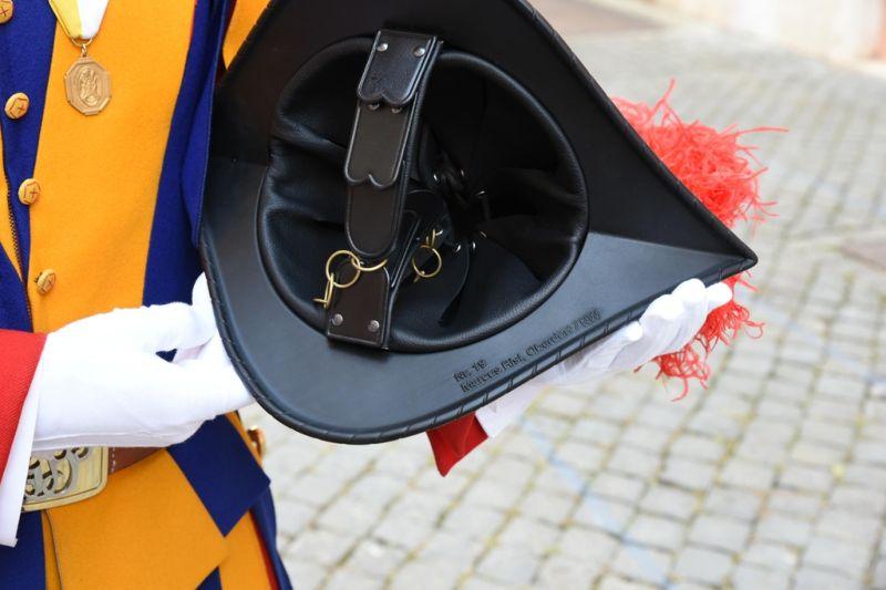 Стальные шлемы для швейцарской гвардии заменили на пластиковые