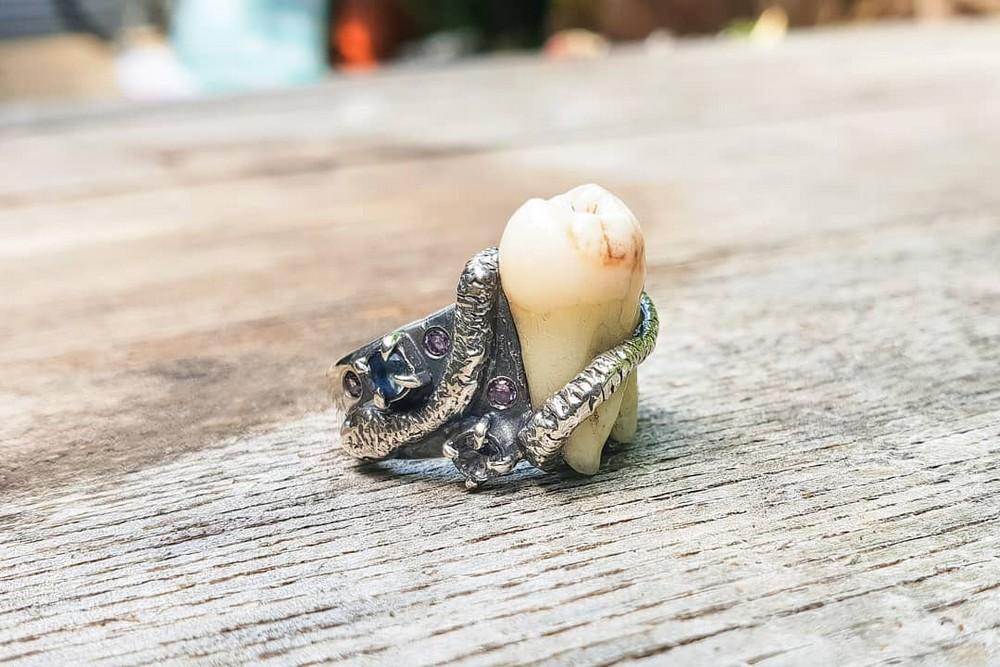 Необычные украшения с человеческими зубами и костями
