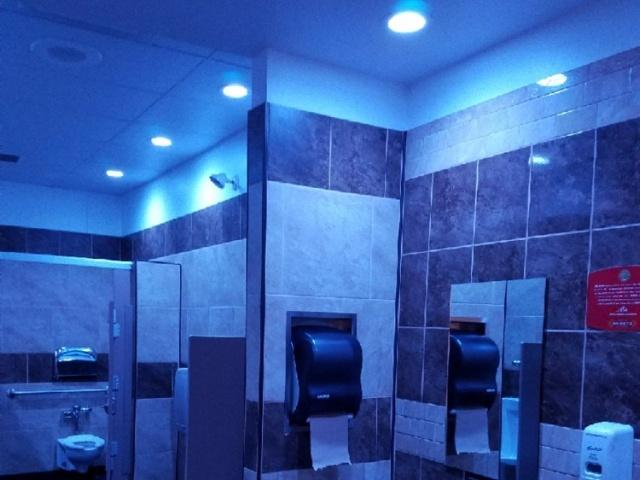 Синяя подсветка в общественных туалетах