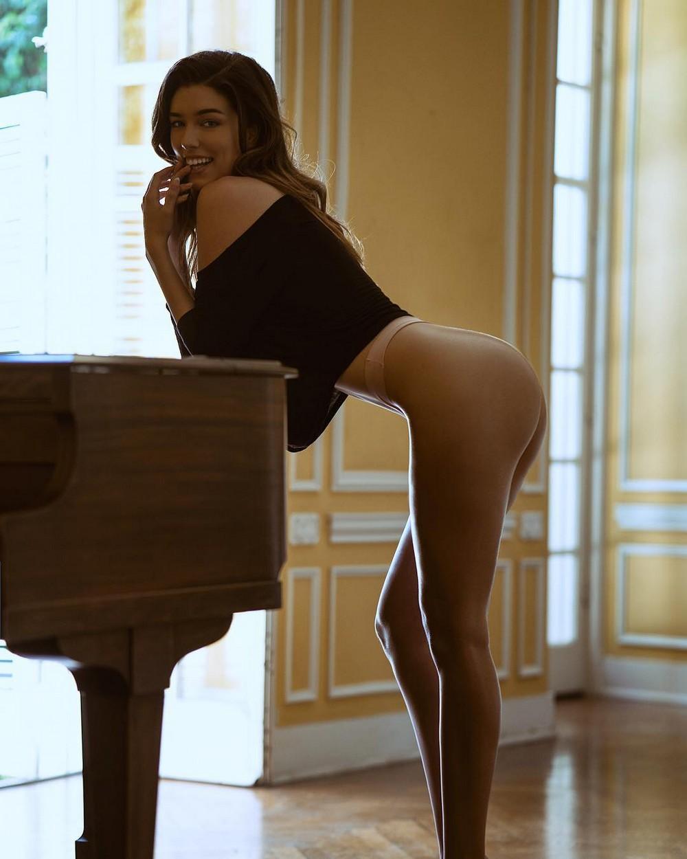 Красивые девушки прогибают спины