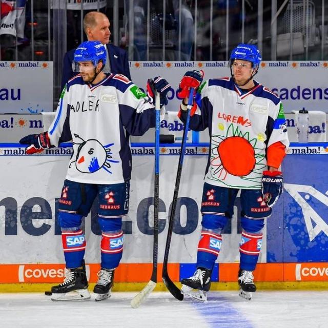 Немецкие хоккеисты вышли на лёд в форме с забавными рисунками