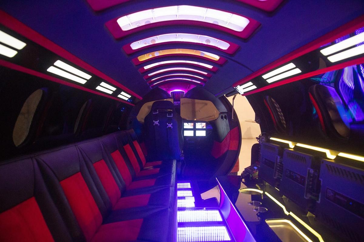 Бывший частный самолет превратили в клуб на колесах