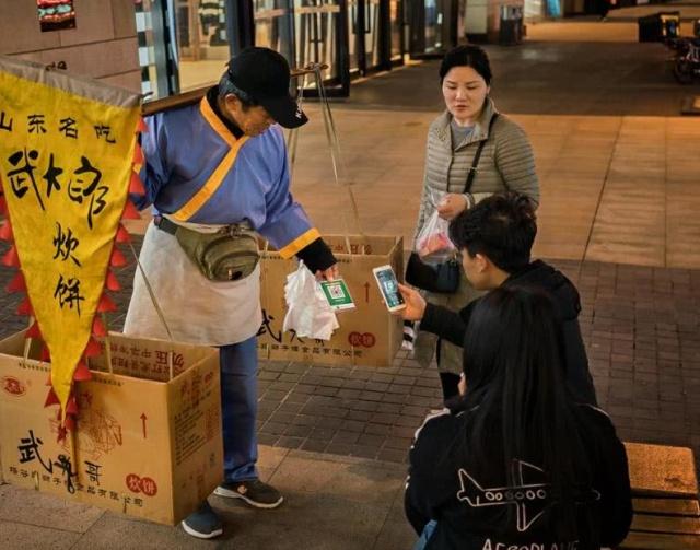 Теперь китайцы платят за всё при помощи смартфонов