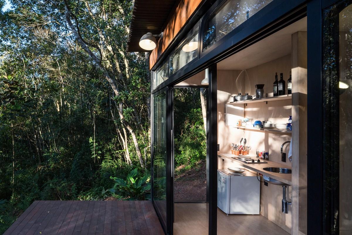 Миниатюрный домик для отдыха в бразильском лесу