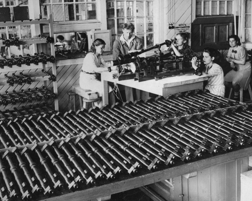 В цехах заводов во время Второй мировой войны