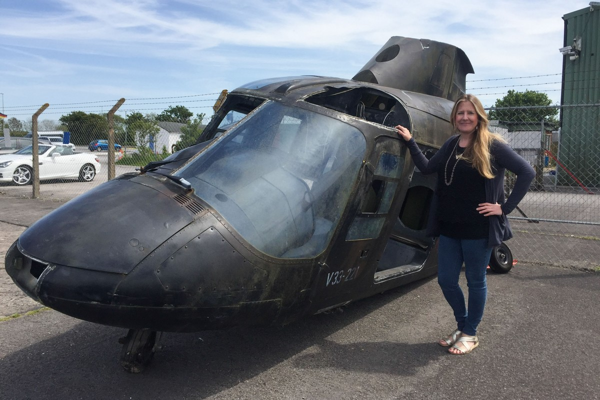 Британка превратила старый вертолет в кинотеатр