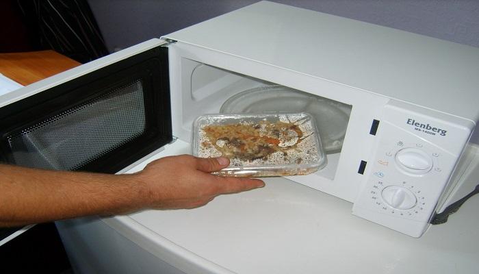 Какие продукты нельзя разогревать в микроволновке