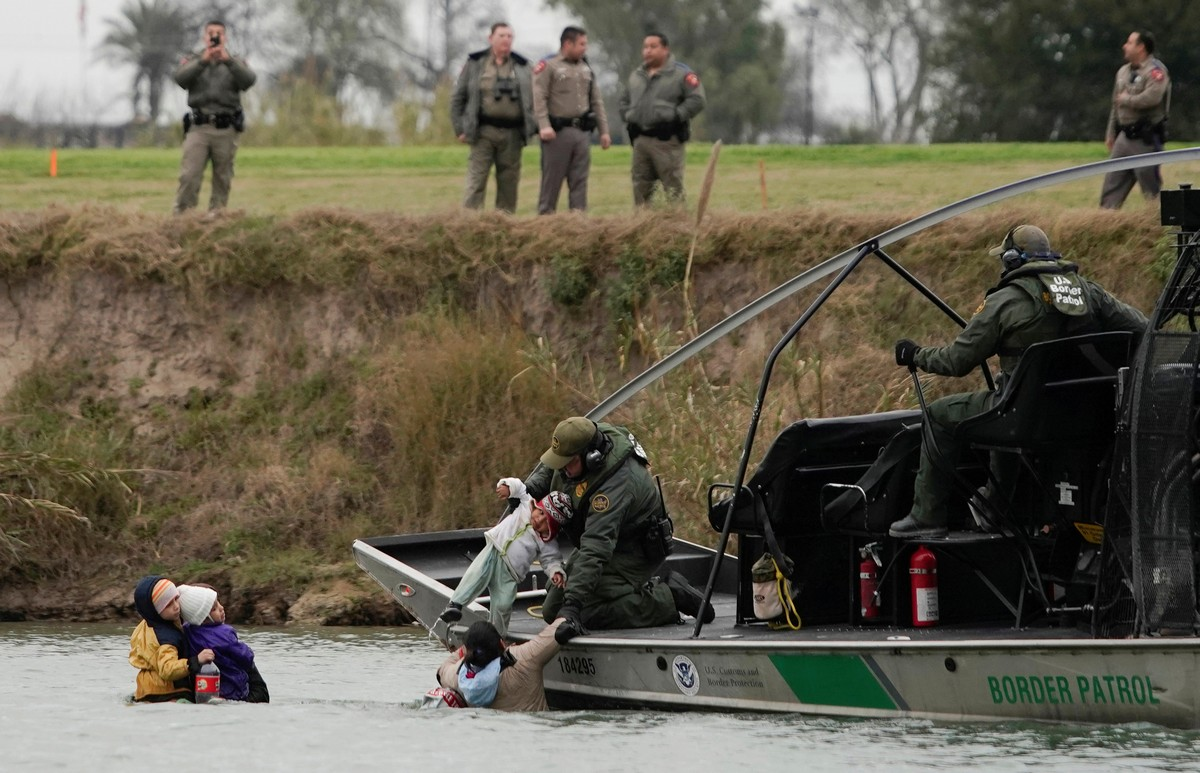 Американские пограничники ловят в реке Рио-Гранде мексиканцев