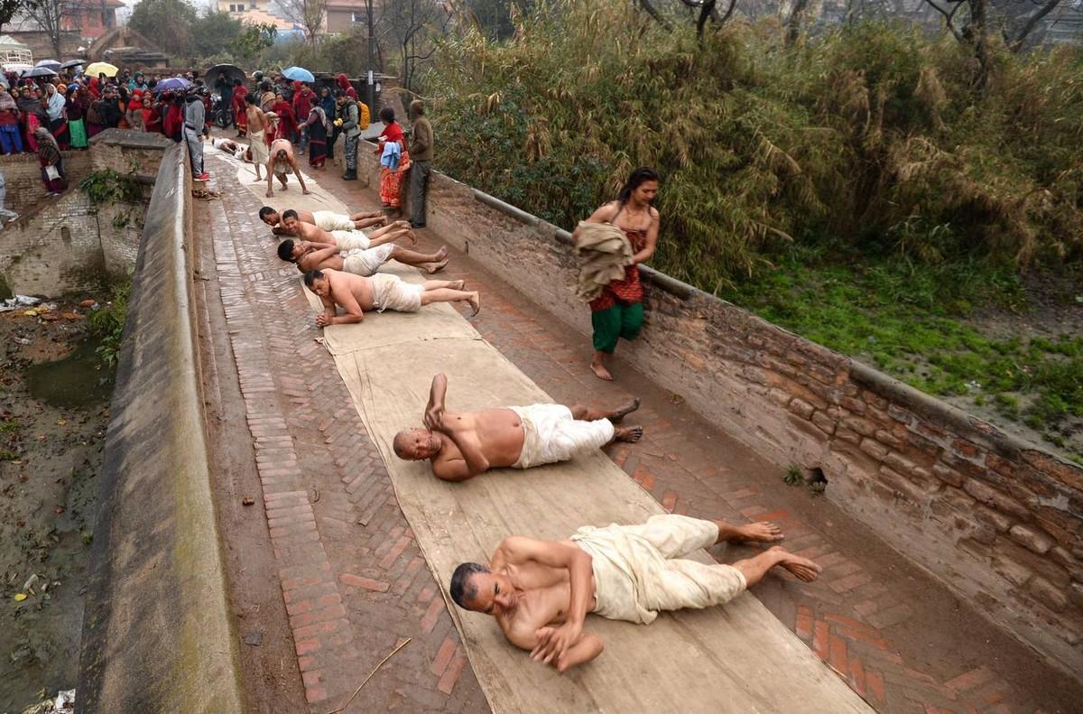 Священное купание в непальской реке Хануманте