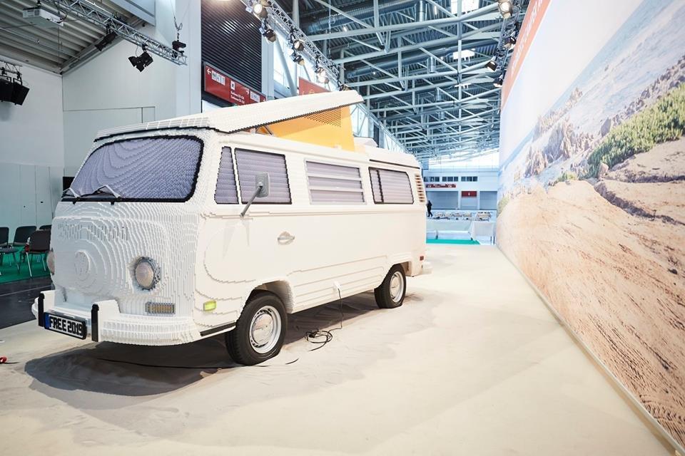 Уникальный фургон Volkswagen T2, собранный из LEGO
