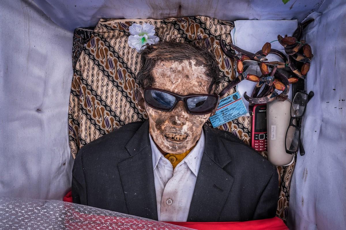 Люди народа Тораджи мумифицируют тела умерших родственников