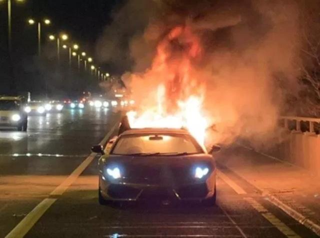 Дорогостоящий Lamborghini загорелся во время поездки