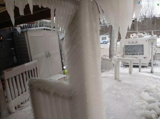 Пляжный домик под толстым слоем льда