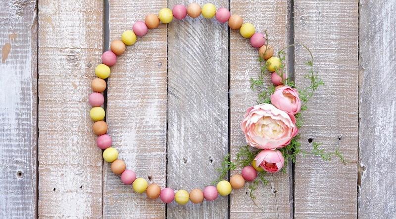 Весенний венок из деревянных бусин