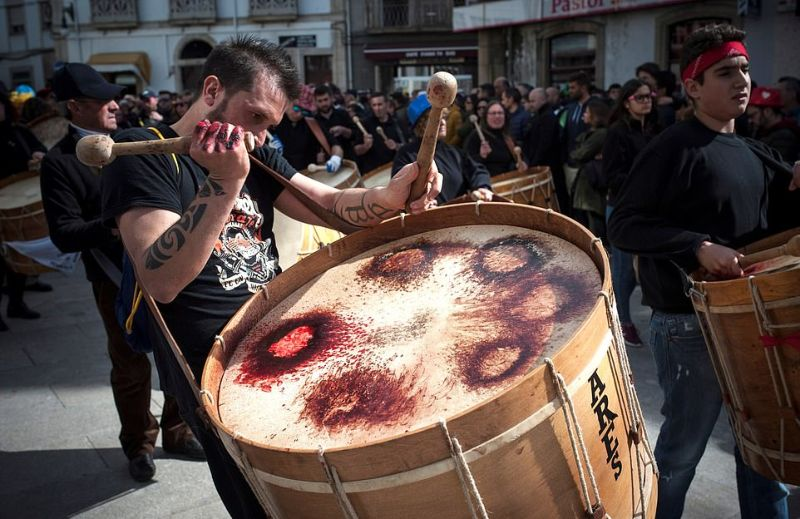Испанский карнавал с пугающими масками и барабанщиками