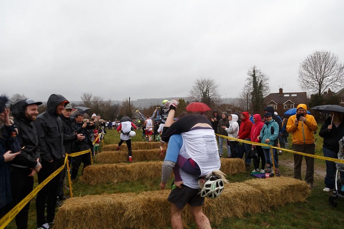Соревнования по переноске жен в Великобритании
