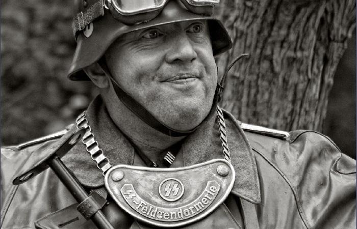 Для чего нужна металлическая бляха на груди немецких солдат