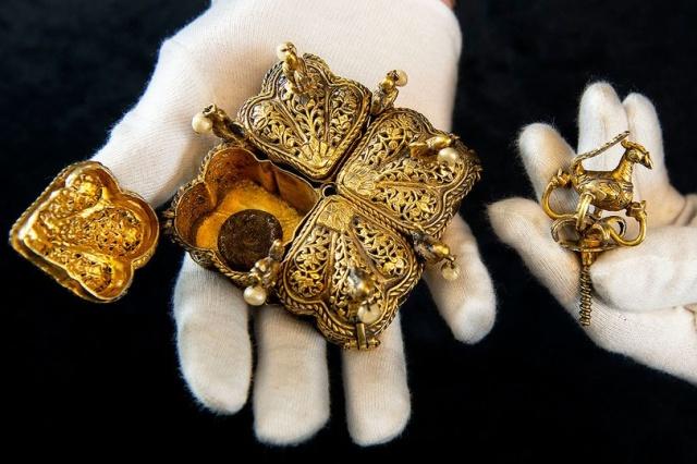 Семейная пара из Британии нашла бесценные реликвии на чердаке