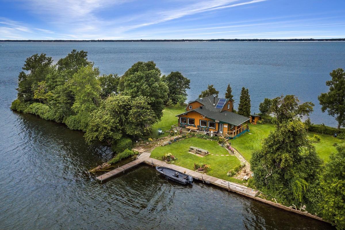 В Канаде продается живописный остров