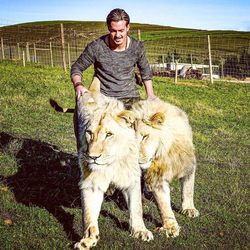 Швейцарец бросил всё и переехал в Африку спасать животных