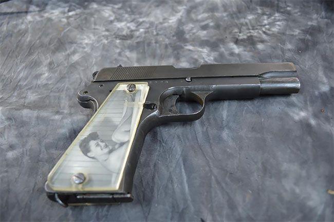 Солдаты мастерили рукоятки пистолетов с фото родных во время Второй мировой